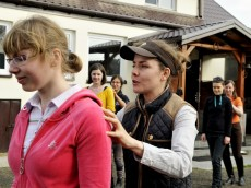 Symulacje pozwalają odczuć na własnej skórze pomoce jakich używamy do kierowania koniem; foto: FAPA-PRESS.