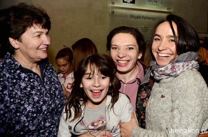 Karolina KARWOWSKA - zawodniczka paraujeżdżenia seniorów z Mamą (z lewej), trenerką Natalią KOZŁOWSKĄ i jej córeczką Heleną; foto: FAPA-PRESS KOZŁOWSKĄ