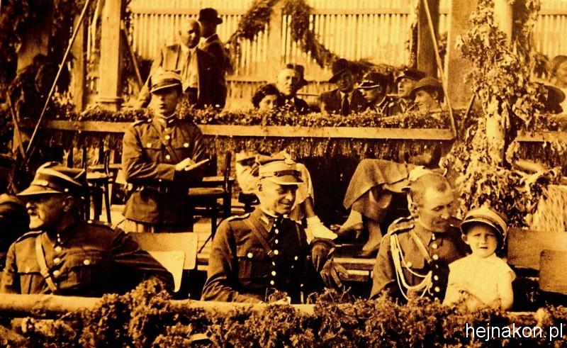 Na zawodach hipicznych; W środku Witold Pilecki, obok na kolanach znajomego oficera ojca, Andrzej Pilecki; foto ze zbiorów rodzinnych.