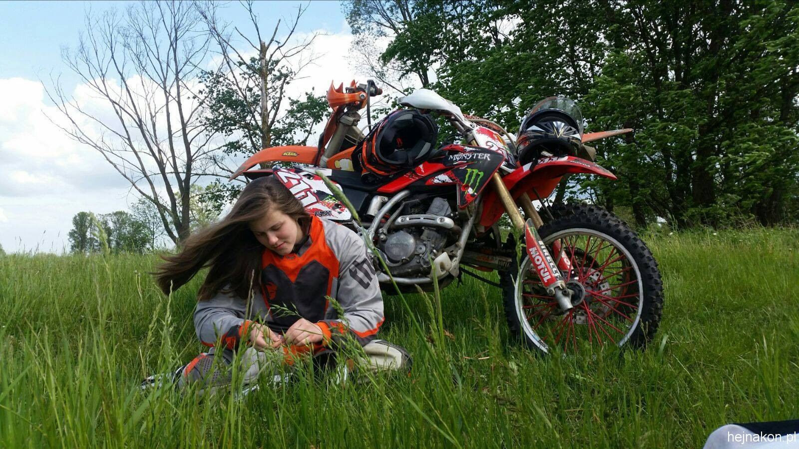 Michalina i motor; foto: MICHAŁ ŻARNAWSKI