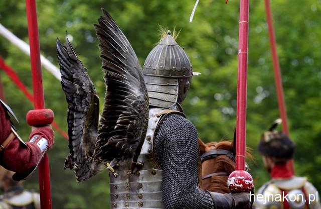Wśród tłumu rycerzy husarza Wojciecha Wąska można poznać po tzw. izomorficznych skrzydłach troczonych do pleców; foto FAPA-PRESS