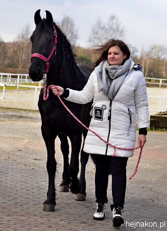 Adrianna Jaroszewicz z Urką van de Lolkje czempionką trzyletnich klaczy fryzyjskich, córką Lolkje van de Leidijk, zdobywczyni tytułu STER.